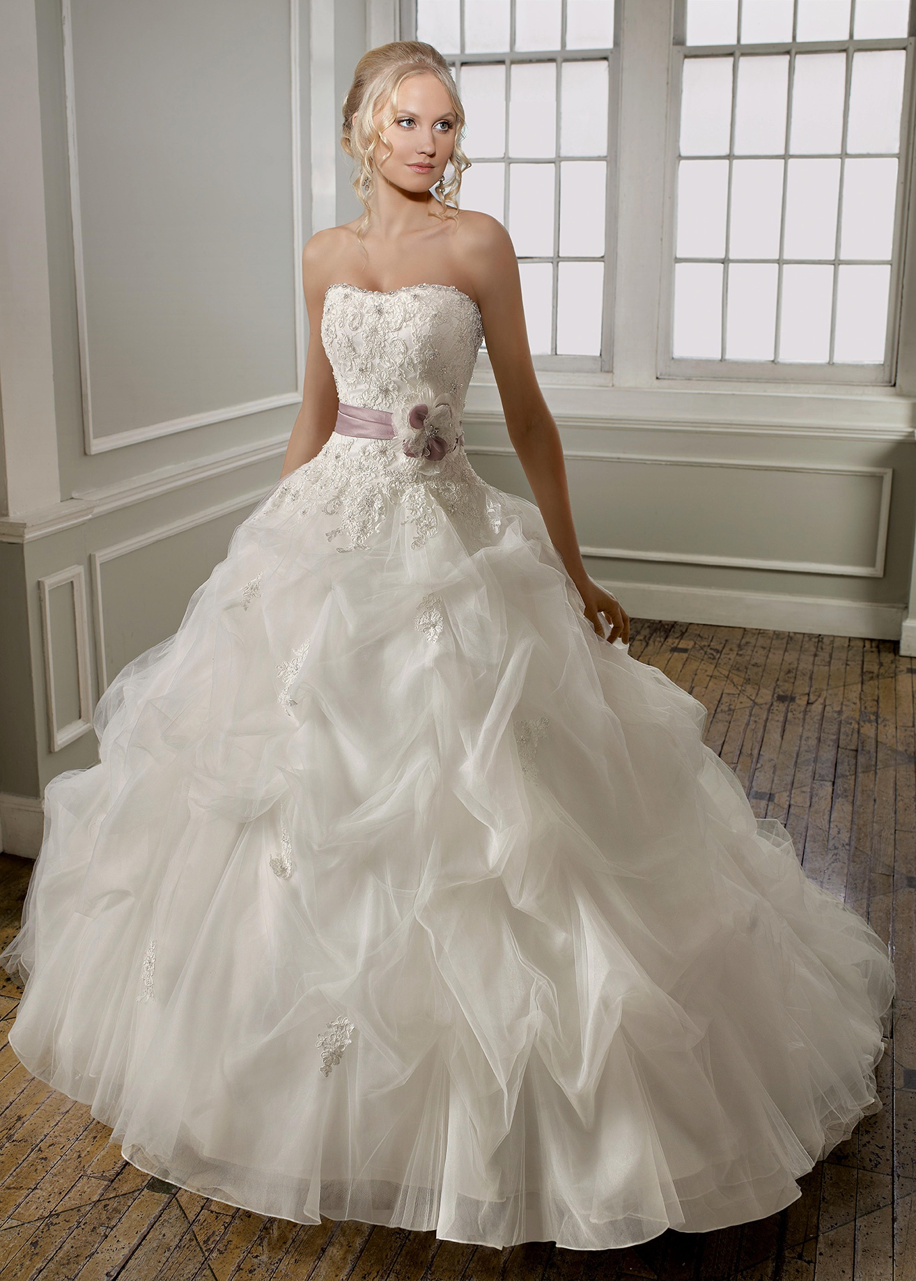 robe de mari e princesse sa robe est rose bonbon. Black Bedroom Furniture Sets. Home Design Ideas